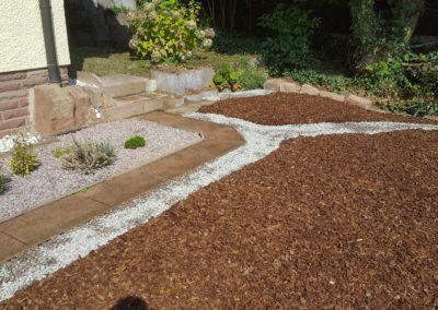 Einbau Mulch und Steine